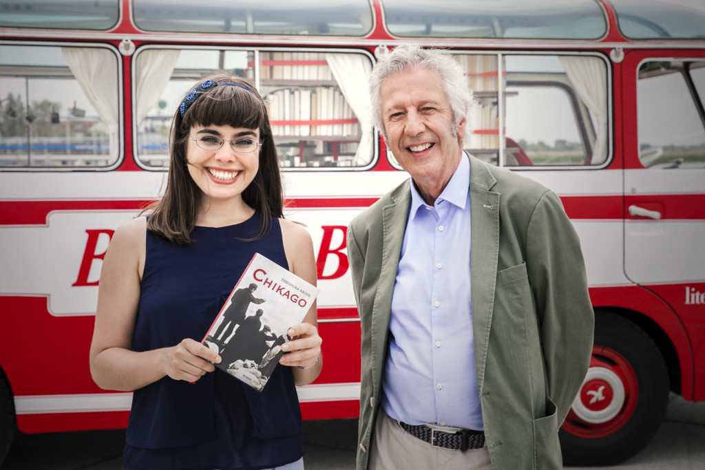 Theodora Bauer und Alfred Komarek vor dem Bücherbus