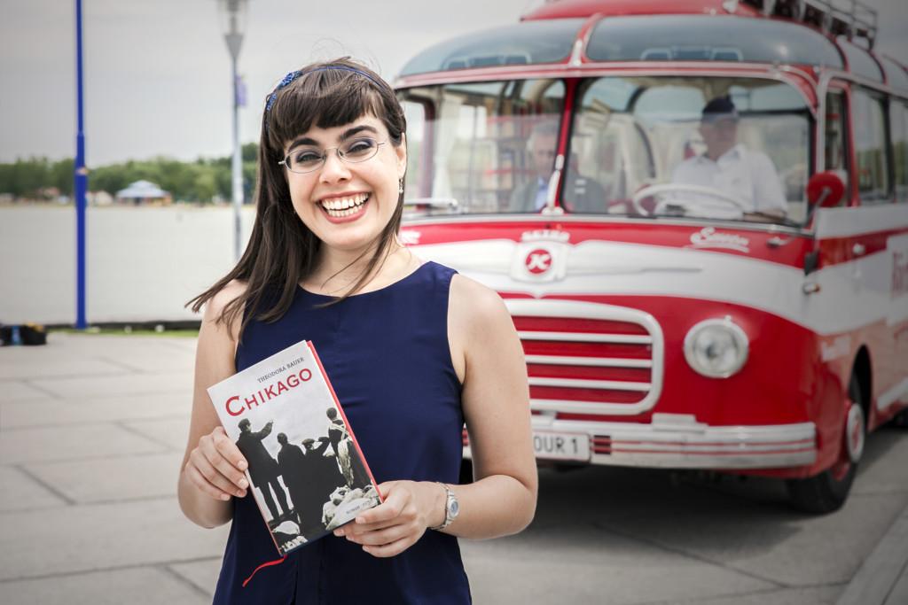 Theodora Bauer vor dem Bücherbus